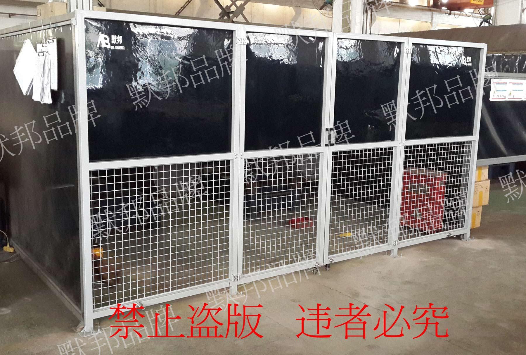 材料是不易燃烧的, 符合等级 1, DIN 53 438 T2 标准 材料:加入阻燃成分的乙烯基,接口和锁边用kavlar防火线(限0.4mm厚度),可以防止低温状态下,压烫开裂的情况(精客户验证,使用热合机或者高周波融合的防护屏使用温度低容易脱焊)。 厚度:常规厚度是0.4MM、1MM、2MM(红色、黄色、墨绿色)3MM有机板(刚性保护屏茶色、红色、深黑色)等 设计: 一、防护屏移动式:屏风四周折边打孔,每30CM打一个金属吊环孔,免费提供尼龙扎带,固定在横杆上或框架上,框架下方配有移动滑轮,可任意移动