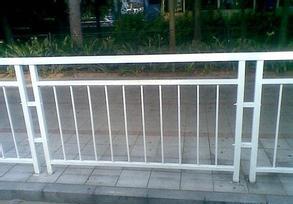 深圳鸿粤甲型护栏生产安装厂家  深圳安全防护隔离栏 护栏厂家