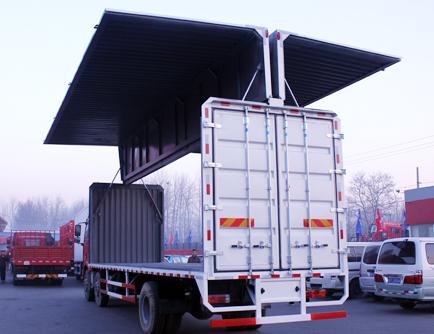 解放國四9.6米240馬力雙翼展廂式貨車