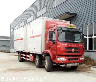 东风柳汽7.7米杂项危险品厢式运输车图片