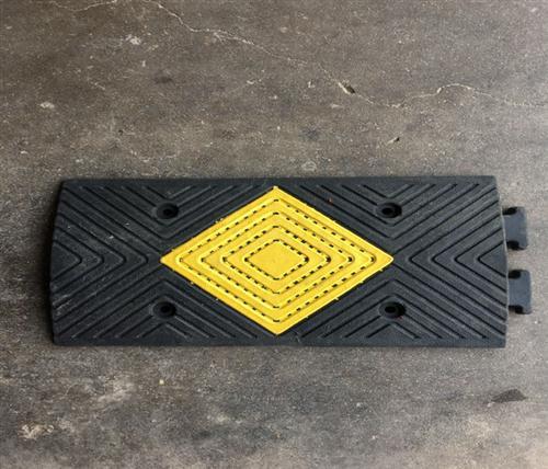 橡塑减速带联系方式 橡塑减速带 鹏鑫交通设施减速带