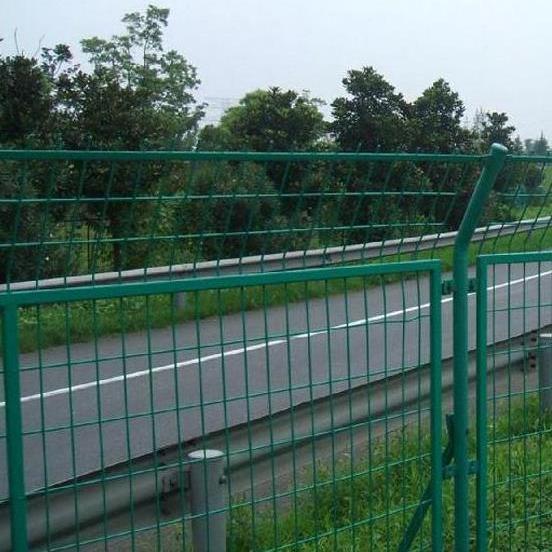 高速公路護欄網 1.8米高焊接網片防護網 安裝簡單 護欄批發廠家